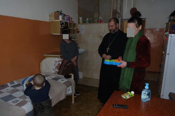 В присутствии врио начальника СИЗО-2 подполковника внутренней службы Романа Мусина, сопровождавшего священнослужителя, священник вручил женщине подарки, в том числе игрушки и питание для ребенка.
